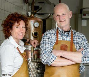 Arjan Smit en Inge Stolk van de Pronckheer bottelen de LimonTino en AranTino